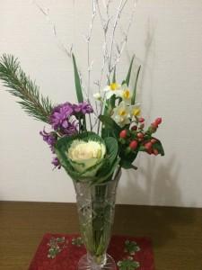 <スーパーで適当に選んだお花だけど、それなりにお正月っぽい(^^;)>